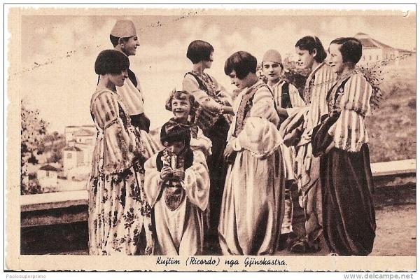Koleksion i fotove të rralla të veshjeve shqiptare ndër shekuj (FOTO)