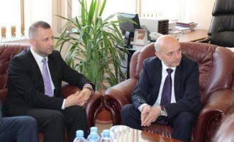 """Ka një muaj me aktakuzë por kryeministri thotë se ende pret """"konfirmim"""" që ta shkarkoj ministrin serb"""