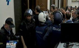 Protestuesit hyjnë në parlament, policët rrinë në telefona