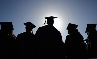 Studentët po diplomojnë kundërligjshëm në Universitetin e Prishtinës