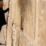 Presidenti i parë amerikan që lutet në Murin e Shenjtë të Jerusalemit
