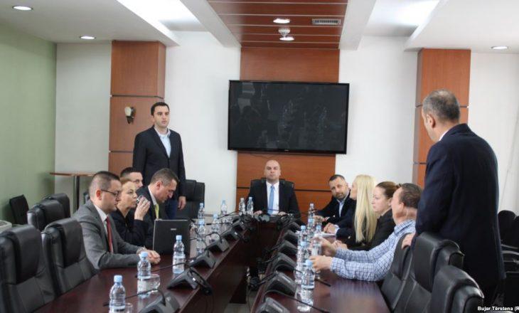 Deputetët e Listës Serbe arrijnë në Kuvend për takimin konsultativ