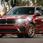 BMW X5 M Melbourne, e kuqe me rrota ngjyra ari