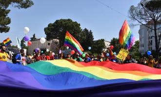 Komuniteti LGBTI në Shqipëri mban paqësisht paradën për të drejta të barabarta