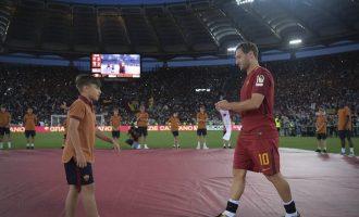 Totti ia dorëzon shiritin e kapitenit talentit të madh të Romës