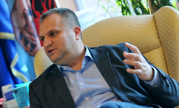 """Shpend Ahmeti thotë se Blerand Stavileci """"paska rrëshqite"""""""
