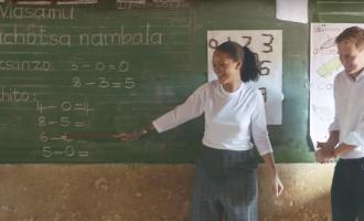 Rihanna u mëson matematikën fëmijëve në Afrikë