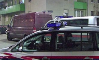 Kosovari vret me thikë partneren dhe alarmon policinë