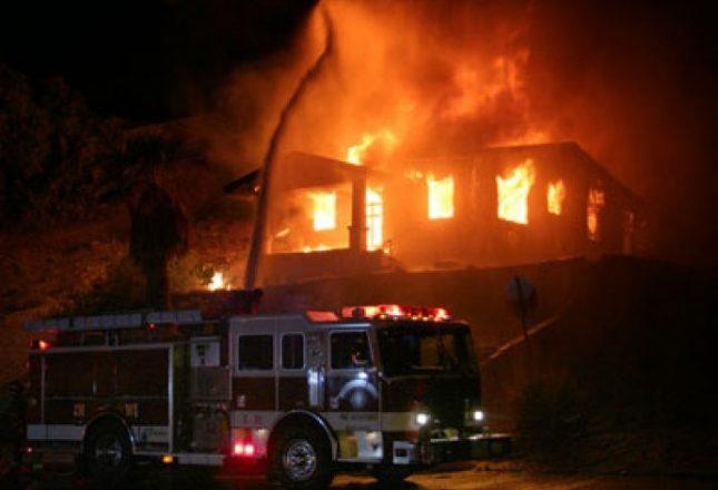 Ish-hoteli Karagaç në Pejë përfshihet nga zjarri