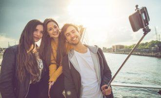 """Qyteti që e ndaloi përdorimin e shkopinjve për """"selfie"""""""