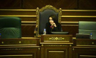 """""""I din tri gjuhë"""" – vlerësimi i deputetit më të ri të LDK-së për Teuta Rugovën"""