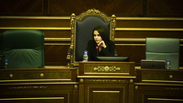 Mungon Teuta Rugova, e zëvendëson deputeti i Vetëvendosjes