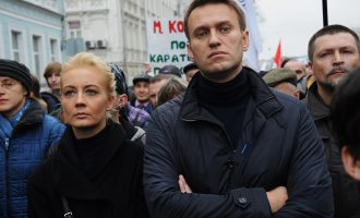 Lideri opozitar Navalny u lirua nga burgu