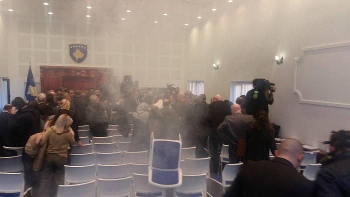 Takimi i kundërshtarëve politikë në sallën e gazit