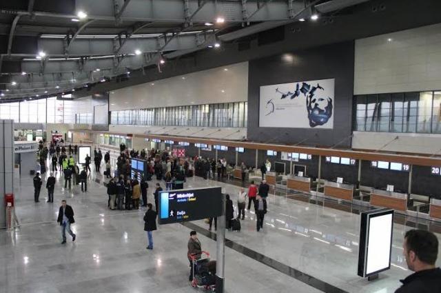 """220 """"haxhinjtë"""" nga Kosova bllokohen në aeroport për mbi 15 orë"""