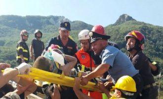 Tre vëllezërit e vegjël shpëtohen për mrekulli nga rrënojat e tërmetit