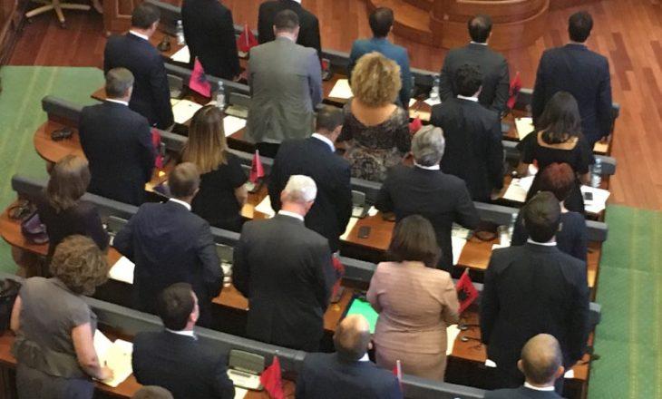 Kritikohet veprimi i Vetëvendosjes me flamuj kombëtarë në seancë