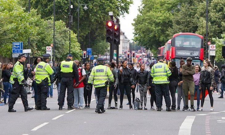 Policët e Londrës me kamera në uniformë