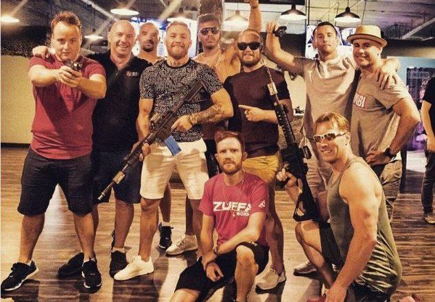 McGregor pozon me armë para duelit me Mayweather