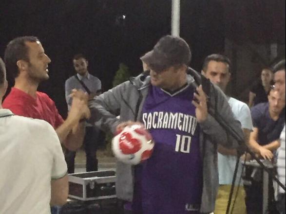 Ahmetit i dhurohet nga PDK-ja topi me mbishkrimin 'klani i dostave'