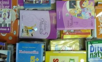 Ministria shpall me vonesë konkursin për tekste të reja shkollore, kurrikula e re nis pa to