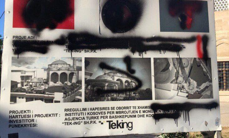 BIK: Përdhosen mbishkrimet e agjencisë TIKA në muret e xhamisë së madhe