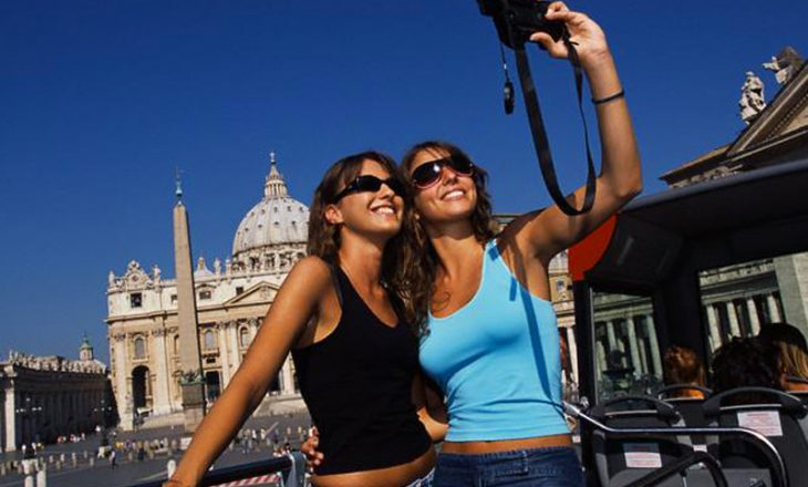 Shqiptarët kanë shpenzuar për udhëtime jashtë vendit rreth 6.8 miliardë euro