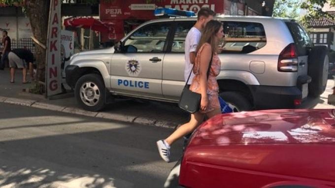 Polici parkon veturën në trotuar