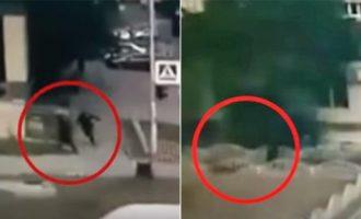 Momenti kur polici rus qëllon për vdekje burrin, që plagosi me thikë shtatë persona në rrugë