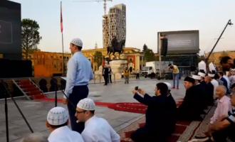 Skënderbeun s'mund ta fsheh askush– u mbulua vetëm pjesa përballë besimtarëve