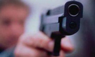 Shtie me armë mbi zyrtarët policorë