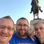 Gazetarët serbë ofendojnë shqiptarët para bustit të Skënderbeut [foto]