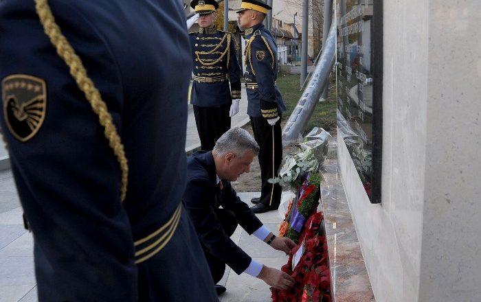 Presidenti nderon dëshmorët britanikë që u flijuan për paqen në Kosovë