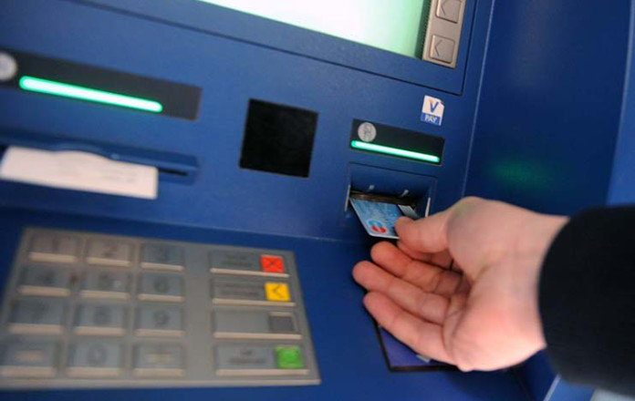 Bëni kujdes kur tërhiqni para në bankomat, ja çfarë i ndodhi një gruaje në Tiranë