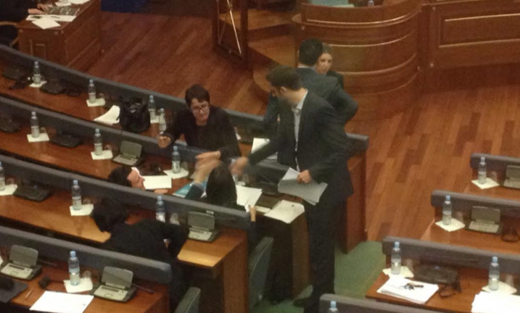 """Kurti """"i pakapshëm"""" nga policia, arrin në seancën e Kuvendit"""