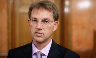 Lideri slloven rrezikon postin pasi mbështeti refugjatin
