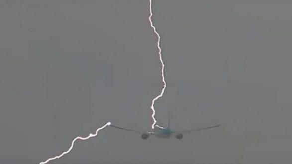 Aeroplani goditet nga rrufeja