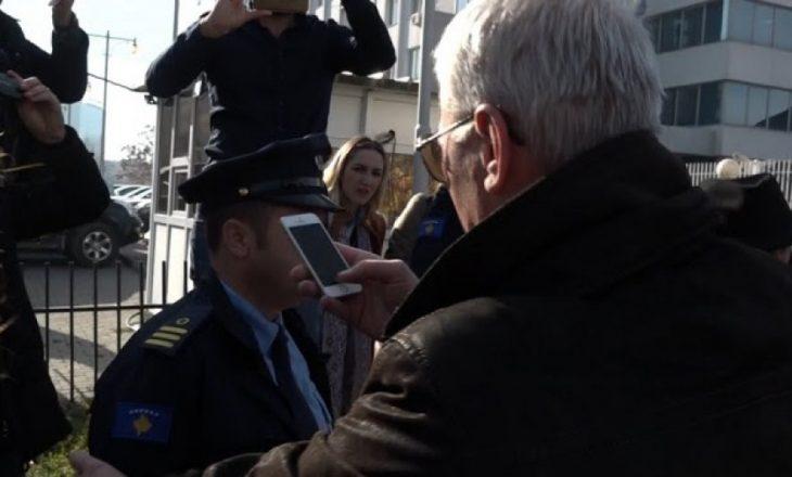 Kurteshi fotografon policët pa numra identifikues