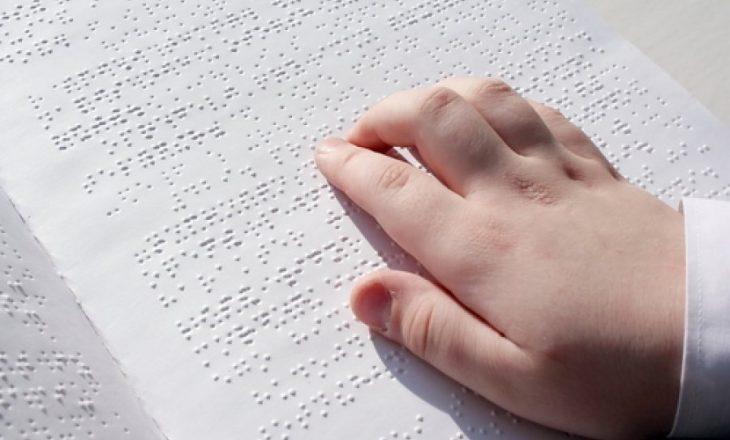 Ambasada Çeke ua mundëson të verbërve mësimin në shkolla normale