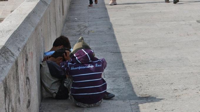 I detyrojnë fëmijët të kërkojnë lëmoshë