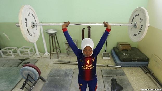 Irani lejon gratë të garojnë në peshëngritje