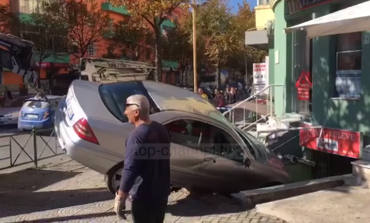 """Një veturë aksidentalisht """"futet"""" në dyqan"""