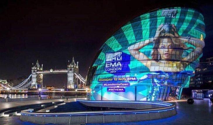 Londra 'mbulohet' me fotografinë e Rita Orës, sonte udhëheqë MTV Europe Music Awards