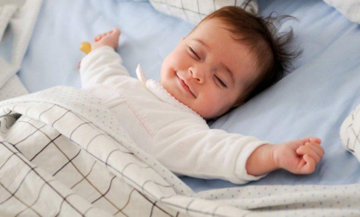 Fëmijët të flenë vetëm nga mosha 2 vjeçare