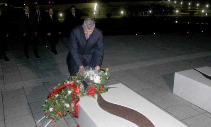 """""""Jam këtu për të nderuar Adem Jasharin"""" – Thaçi bën homazhe në Prekaz"""
