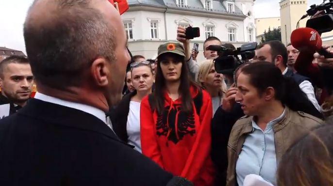 """""""Ti që po pisket atje, mshele"""" – Kryeministri nervozohet me protestuesin [video]"""