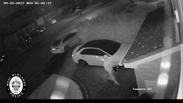 Pamje nga momenti kur hajnat vjedhin veturën pa çelësa brenda një minute