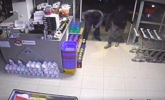 Pronari publikon pamjet nga kamera e sigurisë kur katër hajna vjedhin në dyqanin e tij