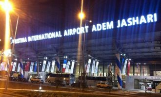 """Shtyhet fluturimi në aeroportin """"Adem Jashari"""" – pasagjerët nuk e dinë arsyen"""