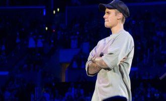 Justin Bieber nxit fansat e vet të besojnë në Zot